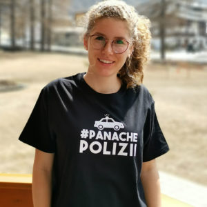 Frau mit dem T-Shirt Panache Polizii